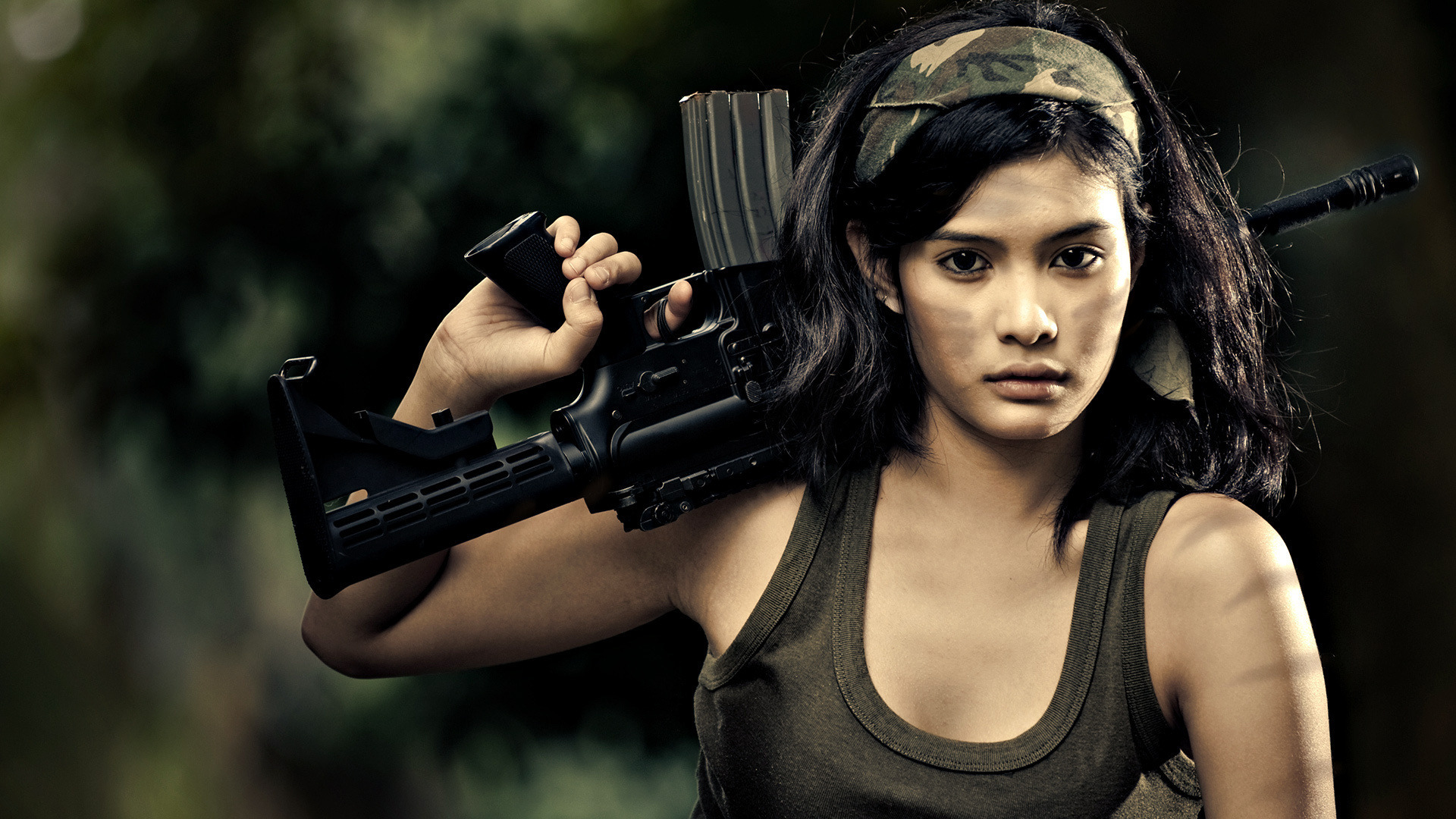 Картинки на рабочий стол девушки красивые с оружием